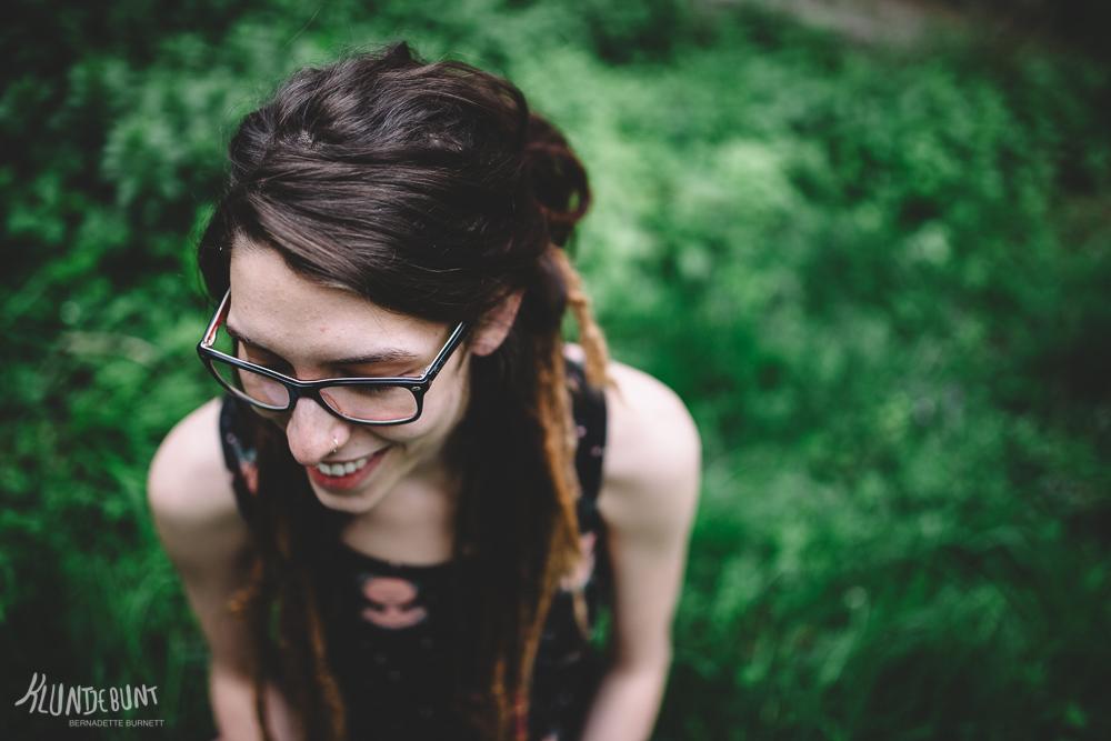 Lachende junge Frau in einem Top aus Top aus dem Stoff namens Lina von Lillestoff designed von Kluntjebunt