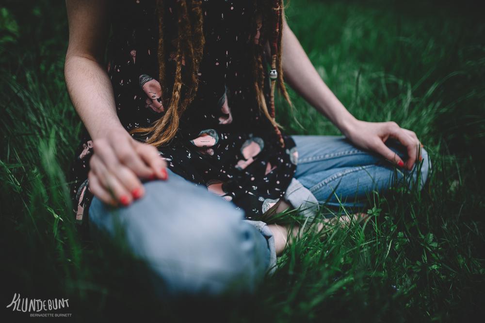 Junge Frau sitzt im Gras und trägt ein Top aus Stoff Lina von Lillestoff by Kluntjebunt