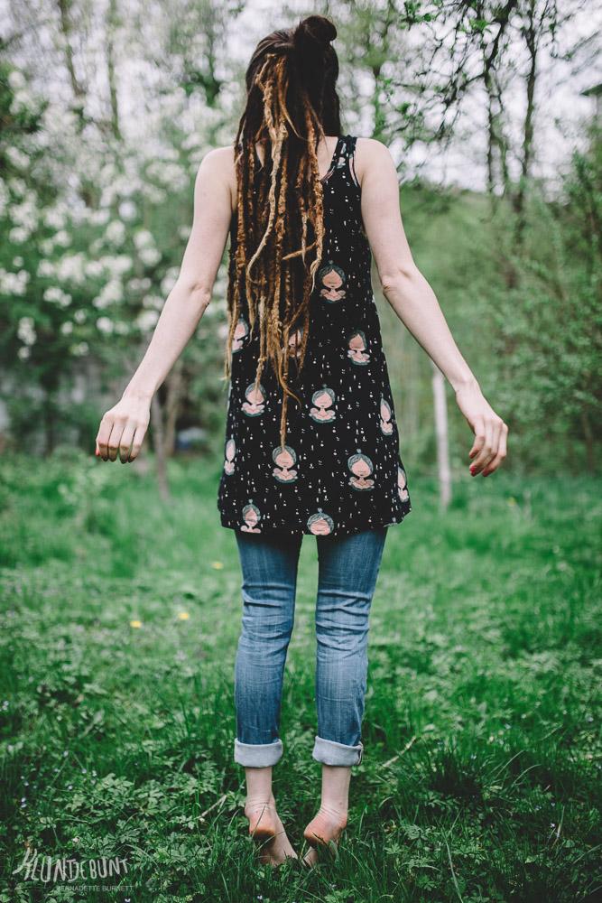 Frau in einem sommerlichen Garten in einem Top aus Stoff Lina von Lillestoff by Kluntjebunt