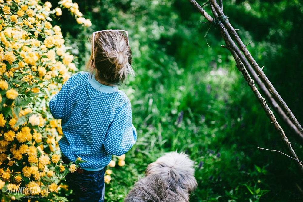Kind mit selbstgenähter Ottobre Design Bomberjacke aus Lillestoff genäht von Kluntjebunt im Garten