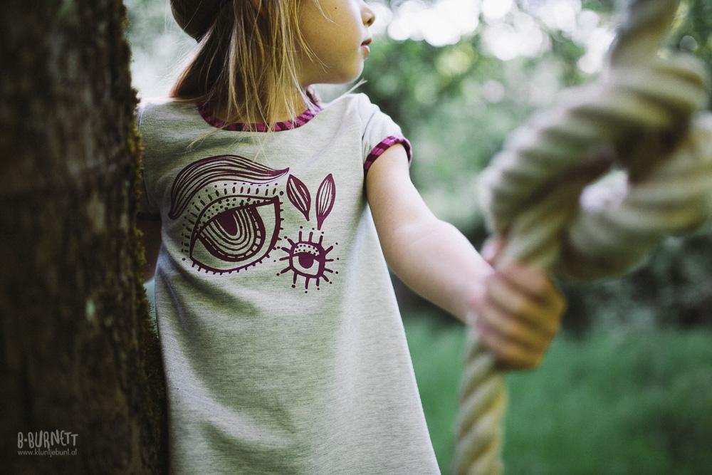 Mädchen mit selbstgenähtem Kinderkleid von Klimperklein