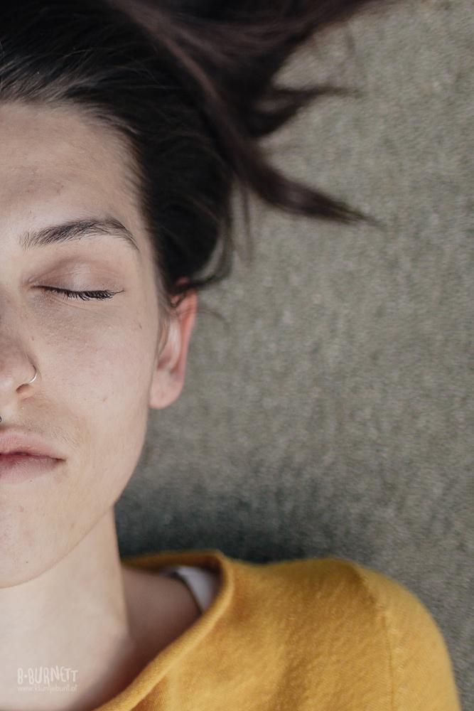 Porträt junger Dame auf Beton