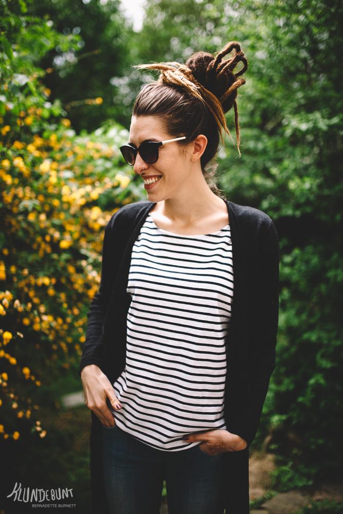 Maritimes Streifen Shirt an junger Frau mit Sonnenbrille im Grünen
