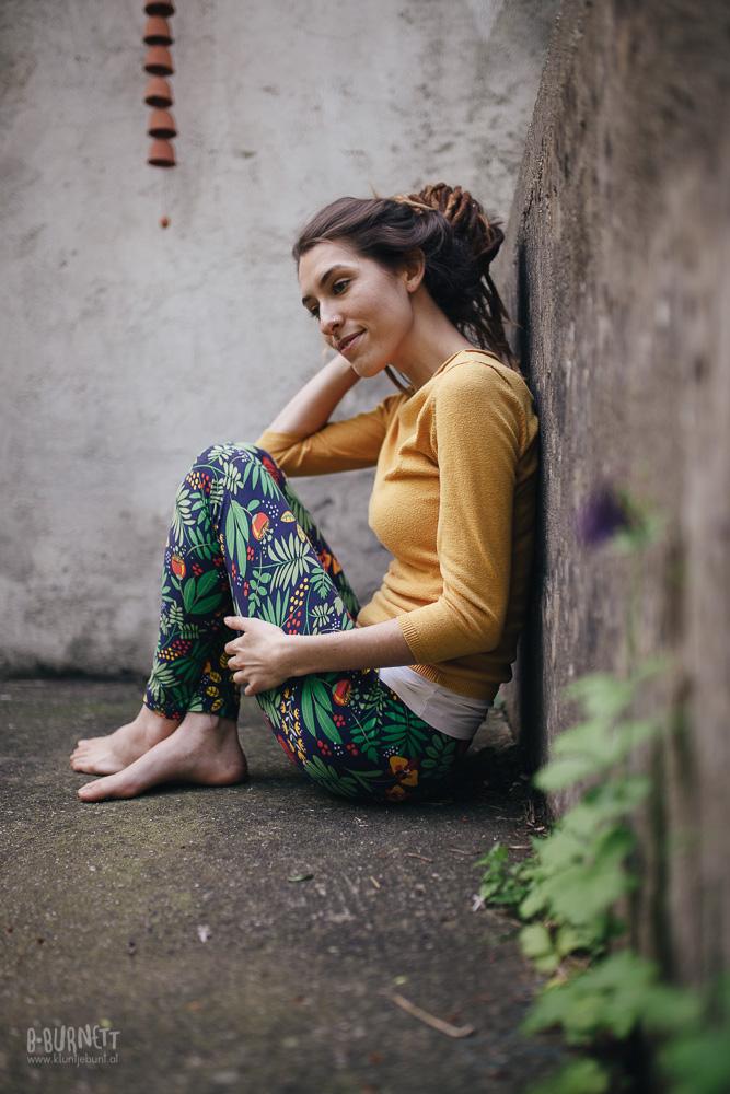 Beinkleid Leggings an junger Frau mit buntem Druck