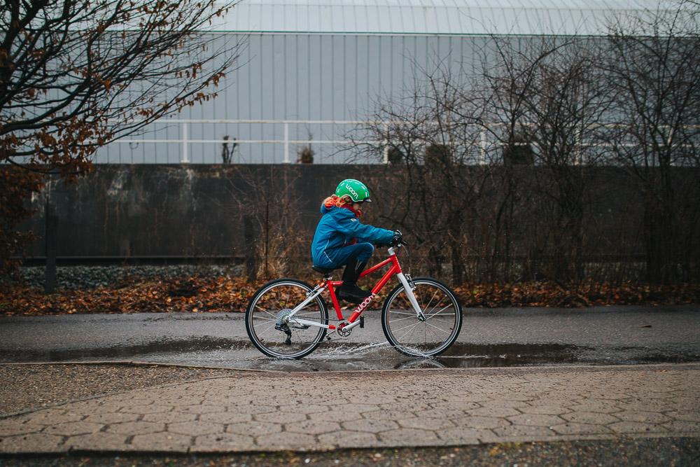 Fahrradfahren mit Kindern woom Fahrrad und Helm zu Ostern
